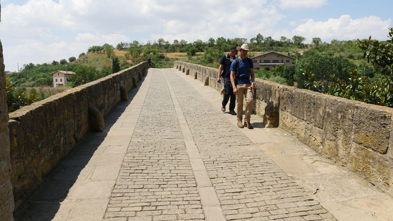 .En el puente románico sobre el río Arga (Puente la Reina, Navarra) se unen los dos caminos que vienen desde Francia