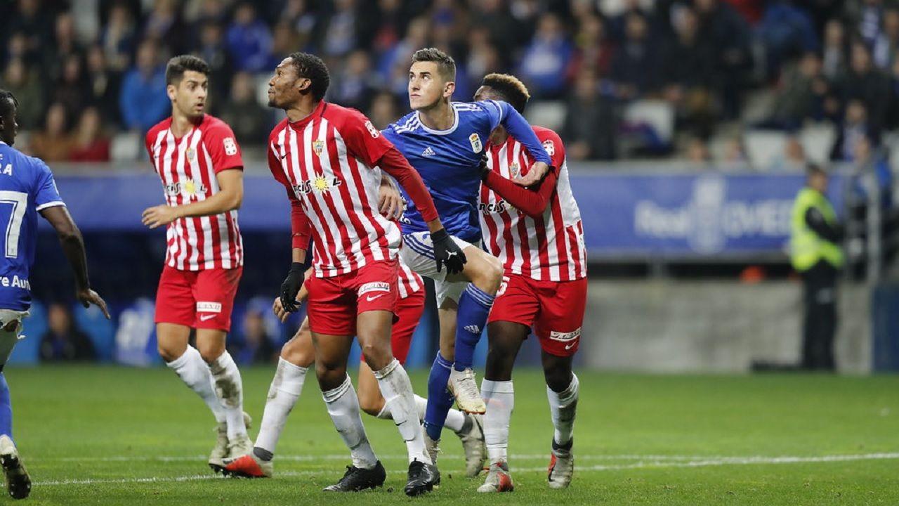 Javi Hernandez Owona Yan Eteki Real Oviedo Almeria Carlos Tartiere.Javi Hernández busca un balón aéreo frente a Owona y Yan Eteki