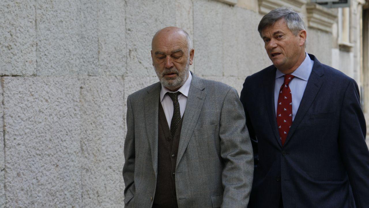 Un arriesgado «influencer» del motor.Miguel Florit, primero por la izquierda, a su llegada a los juzgados para declarar por la incautación de móviles a periodistas en el caso Cursach