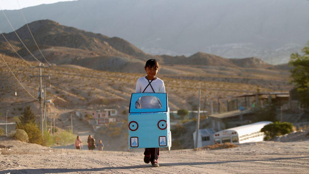 .Una niña de 9 años lleva un coche de cartón a su escuela en Ciudad Juárez, en México