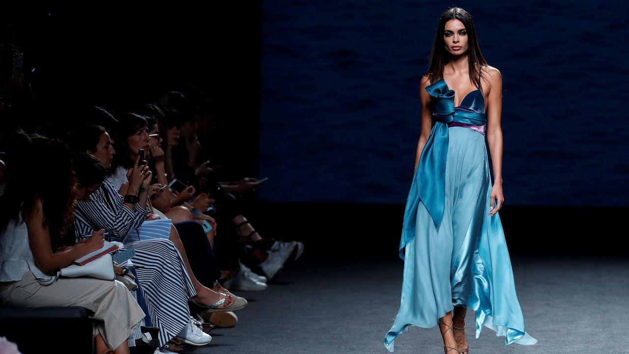.Una modelo luce una creación de Marcos Luengo para la primavera/verano 2019, durante la última jornada de la 68 edición de la pasarela Mercedes-Benz Fashion Week