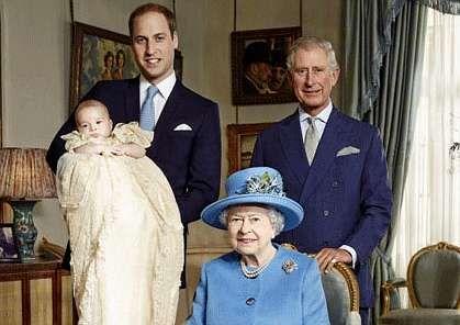 Los príncipes Guillermo, Jorge y Carlos, con la reina Isabel.