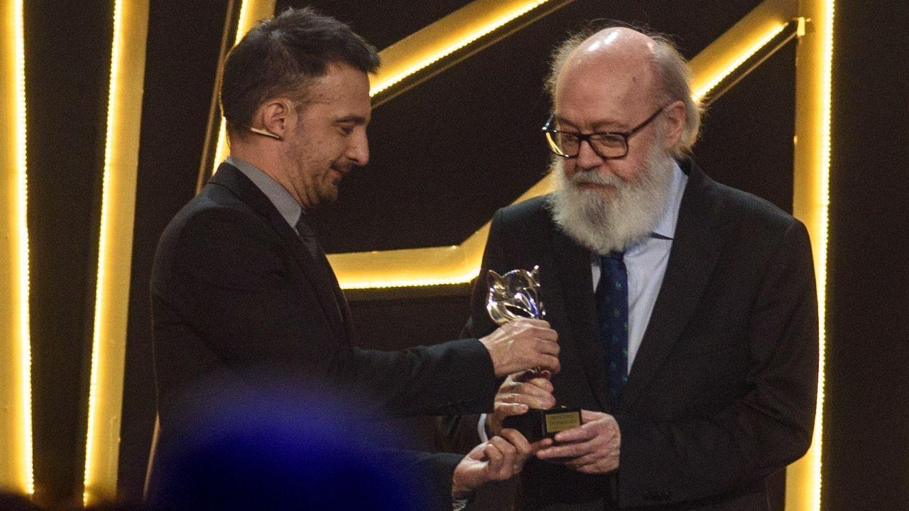 PREMIOS FEROZ. El director José Luis Cuerda recoge el premio de honor de manos de Alejandro Amenabar