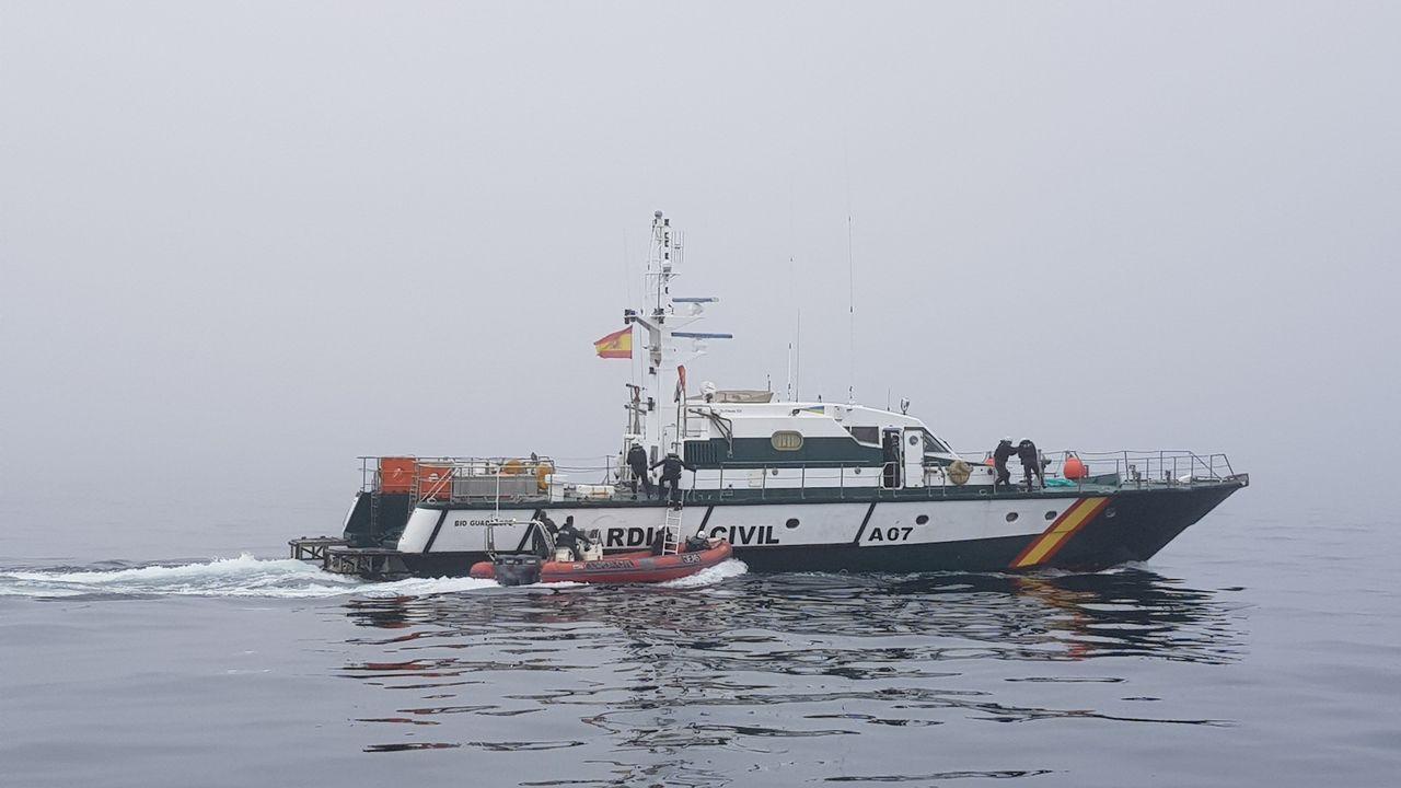 Maniobras de los GRS de la Guardia Civil en aguas de la ría de Pontevedra.