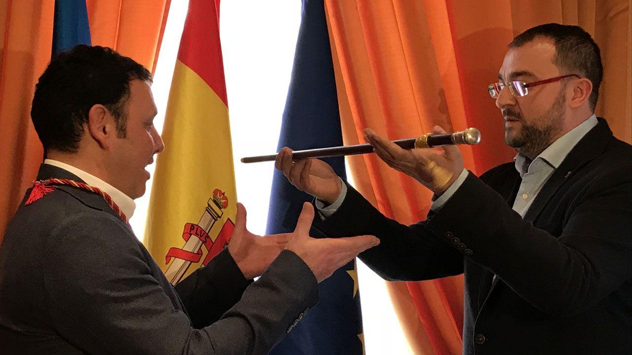 Pedro Sánchez escucha cómo Javier Fernández atiende a los medios de comunicación, durante una visita a Asturias.Adrián Barbón traspasa el bastón de alcalde a Julio García