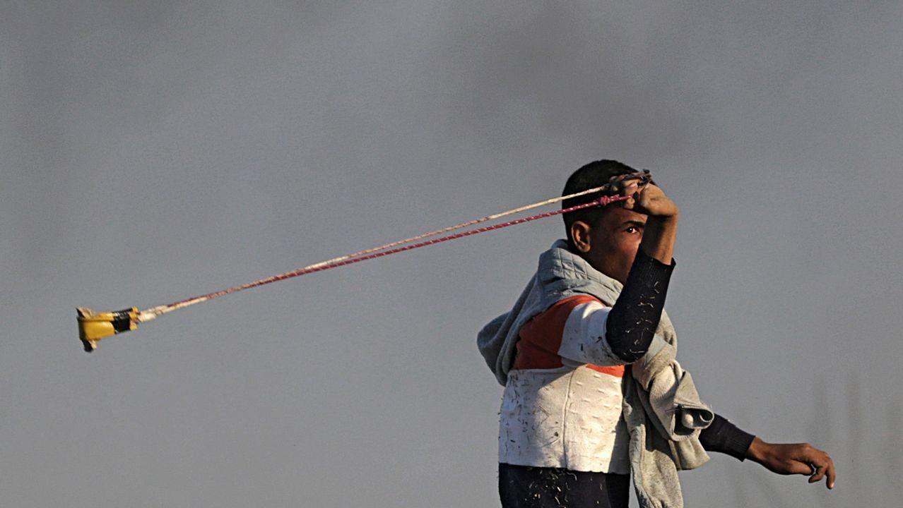 Un palestino se prepara para lanzar una piedra durante una protesta en Gaza