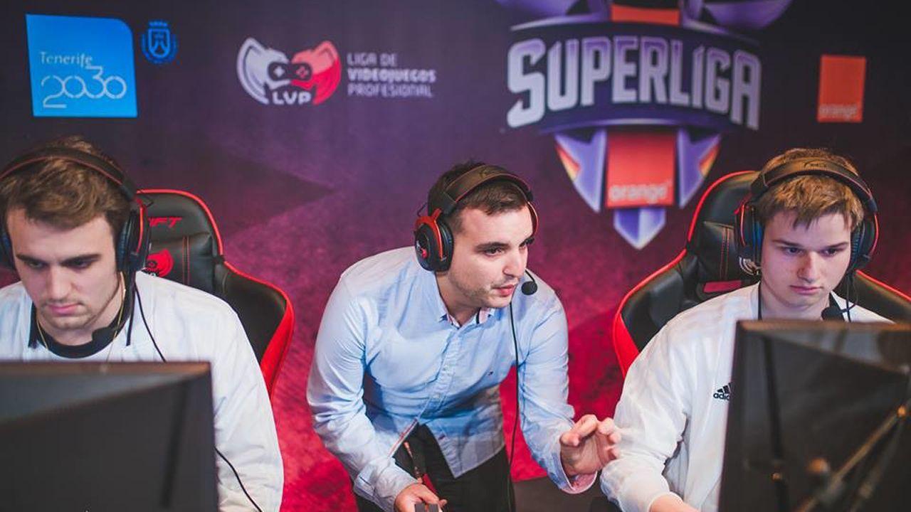 El asturiano Pablo Marhoder Menéndez dando instrucciones a dos jugadores de League of Legends durante un torneo