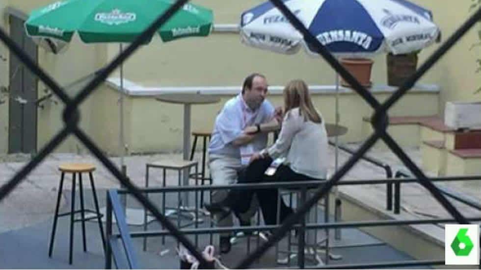 Javier Fernández centra las miradas en la Fiesta Nacional.Susana Díaz charla con Iceta en una terraza de Ferraz. Imágenes de La Sexta.