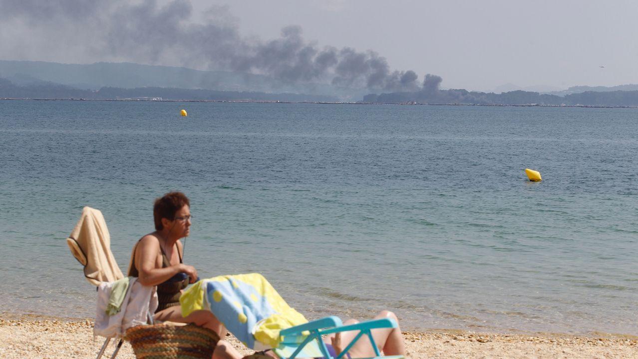 La columna de humo también se divisó desde la playa de O Bao
