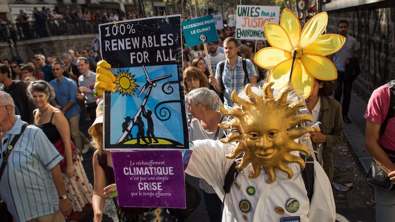 Los activistas exigen una respuesta política al cambio climático.La directora del Plena Inclusión Asturias, Casilda Sabín, con Carlos Carlos Borreguero, María José González y su hijo Ekaitz