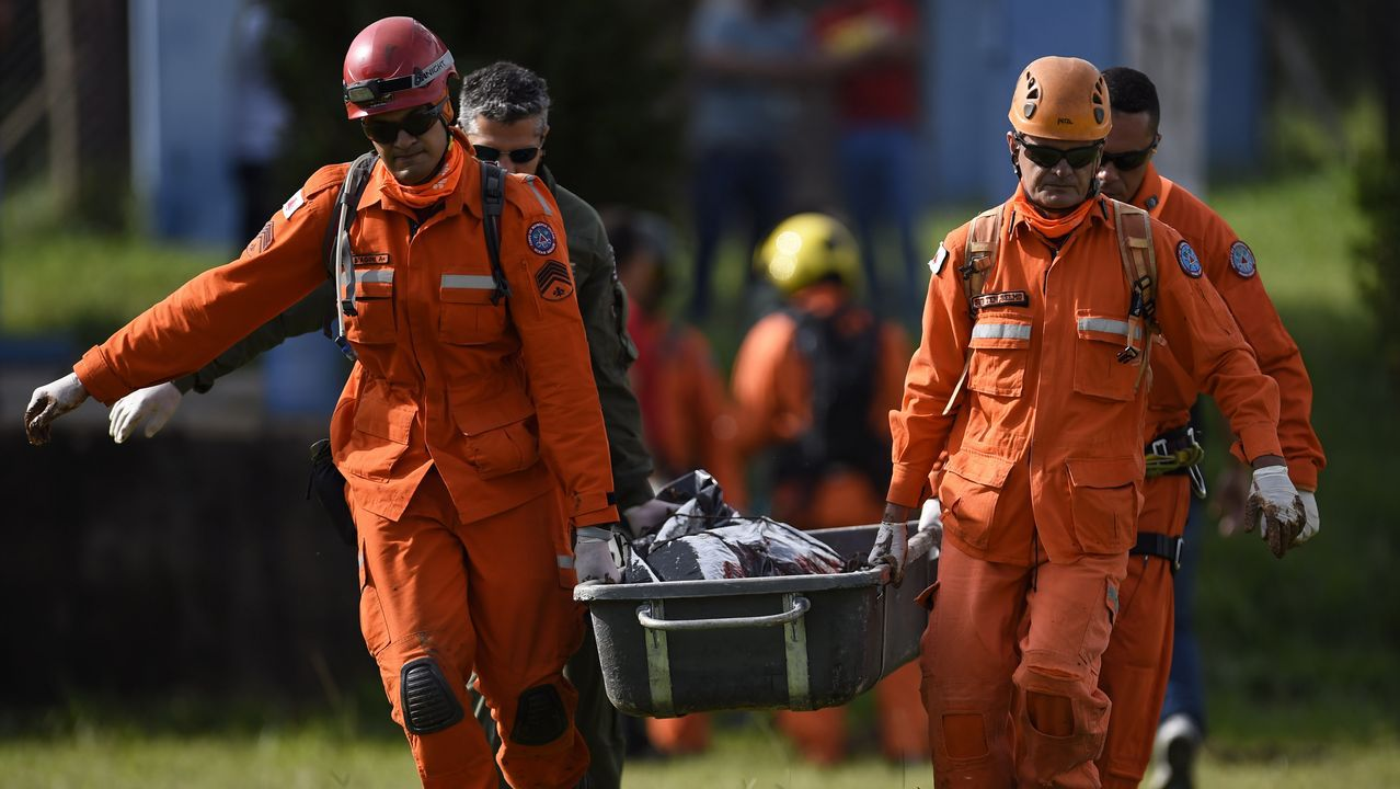Militares portan el cadáver de un fallecido