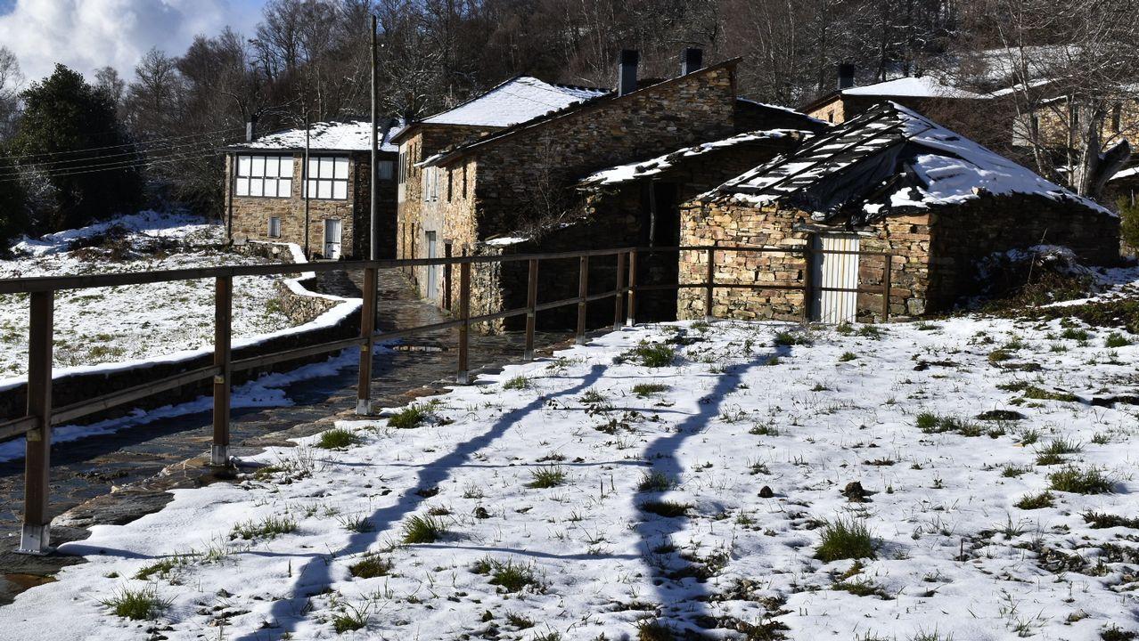 La nieve blanqueó los campos y los tejados en la localidad de O Busto, en A Pobra do Brollón