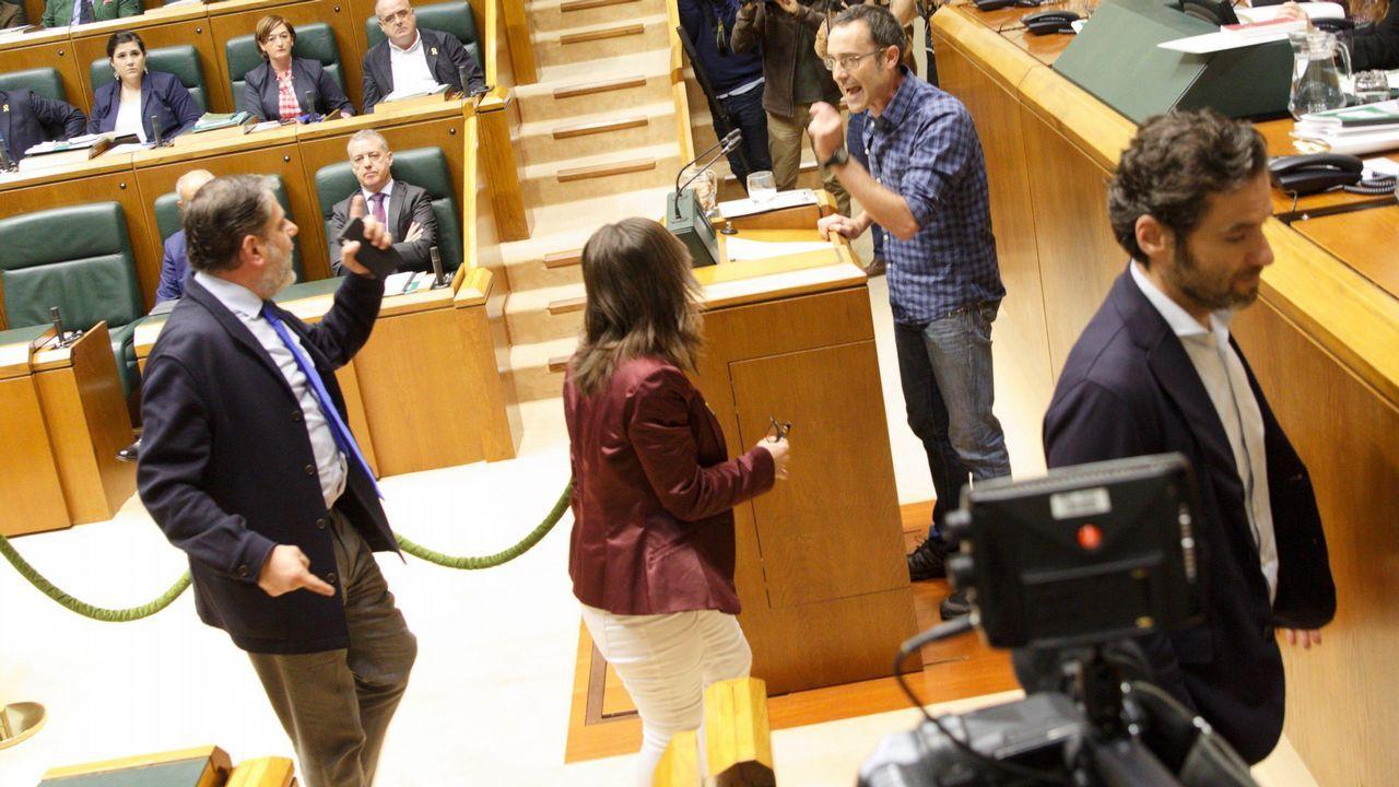 manso madre.Parlamentarios del PP increpan al diputado de EH Bildu Julien Arsuaga, durante el debate en el Parlamento Vasco
