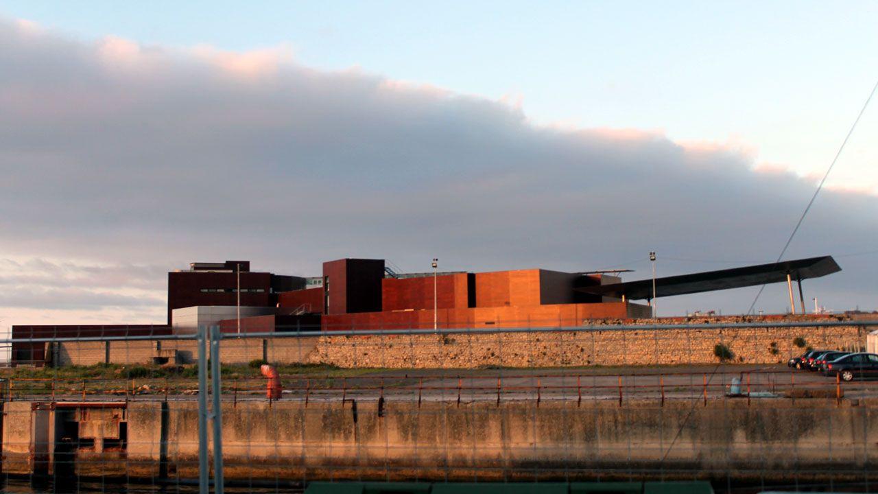 Terrenos del antiguo astillero de Naval Gijón con el edificio del Acuario al fondo
