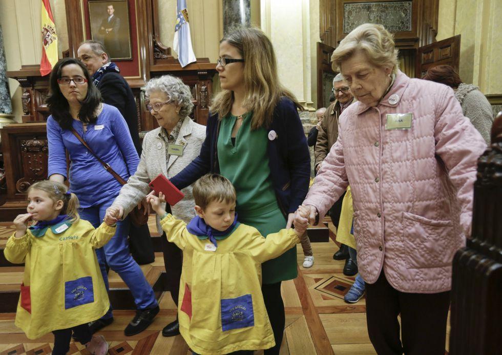 Niños y mayores tomaron el salón de plenos con motivo de la actividad intergeneracional «Tengo algo que contarte».