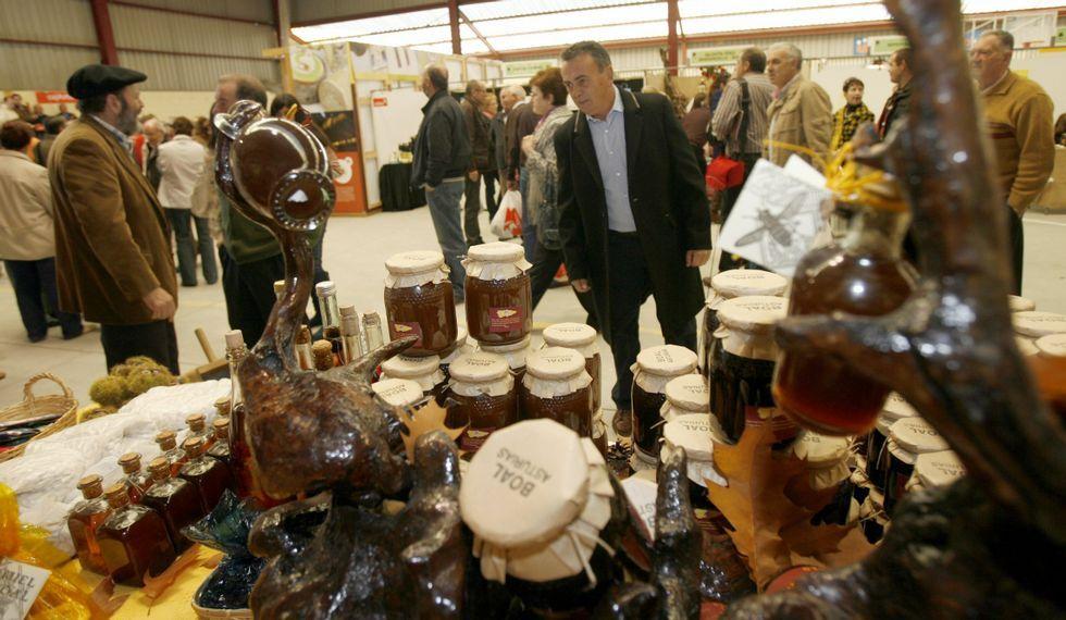 En la feria se puede adquirir miel, artesanía y otros productos.