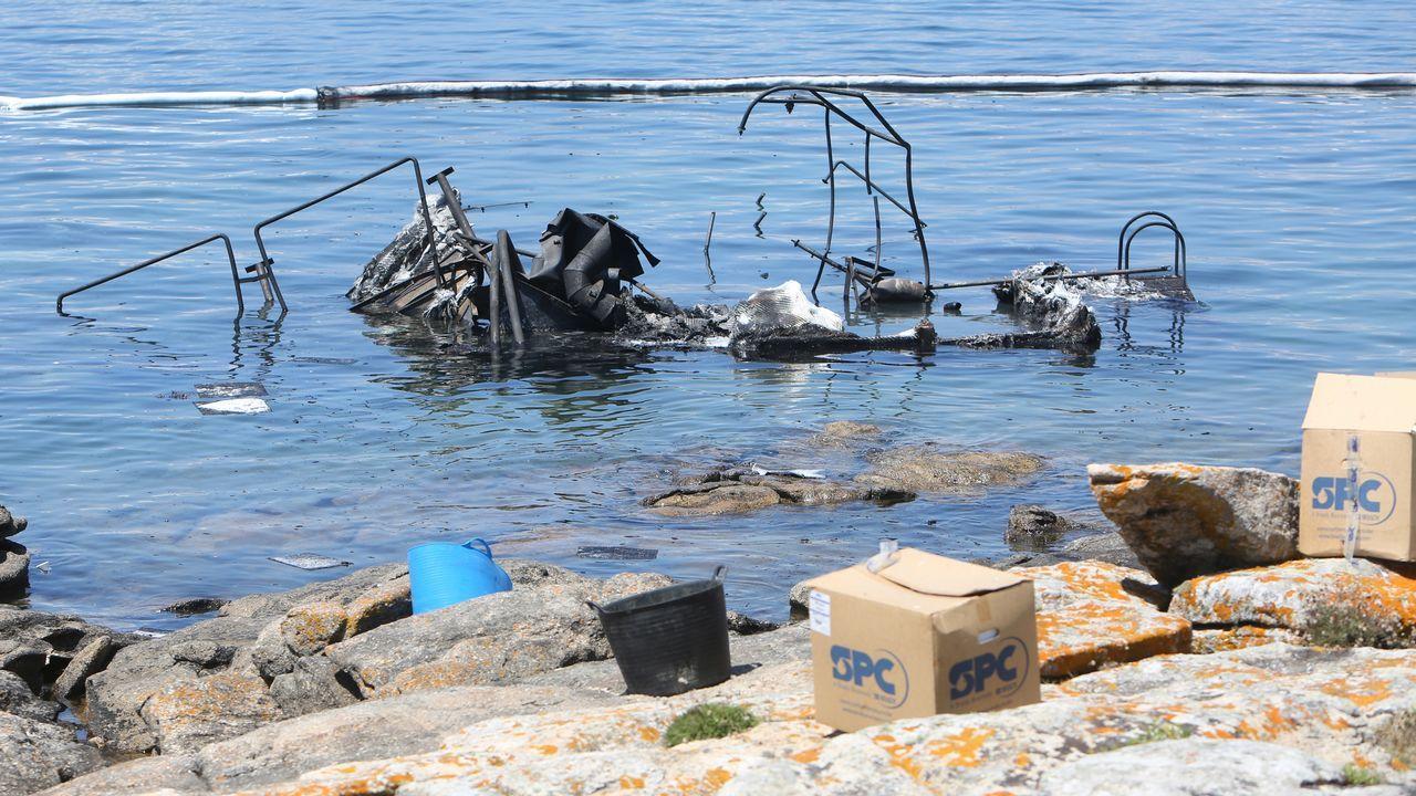 El fuego devora una embarcación de recreo en San Vicente tras una explosión.La embarcación quedó muy afectada por el fuego, del que todavía se desconocen las causas