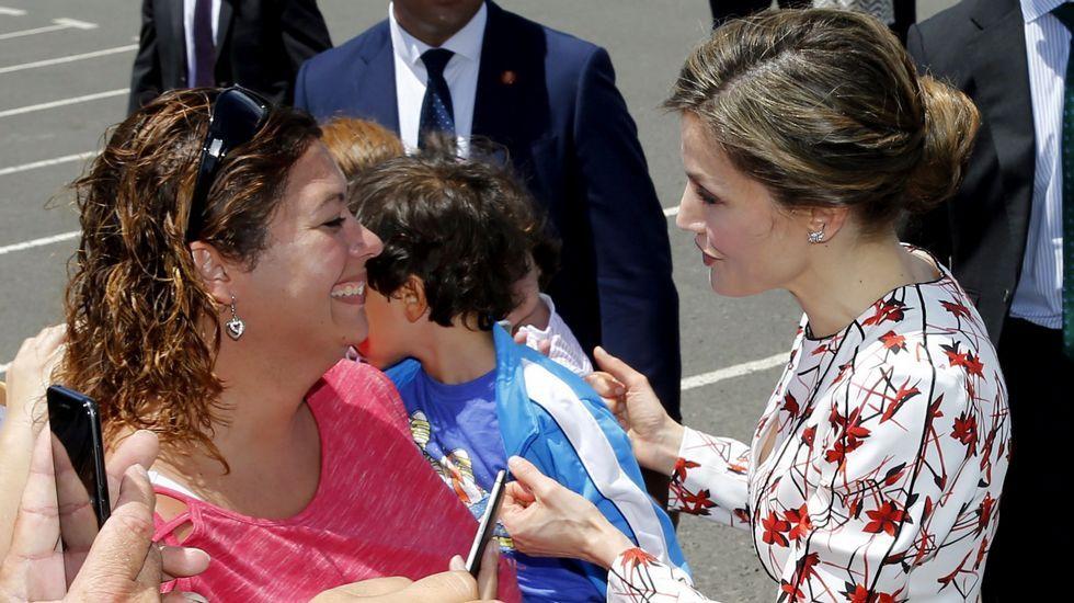 .Letizia optó por su socorrido vestido de flores para sus primeros actos oficiales en Canarias.