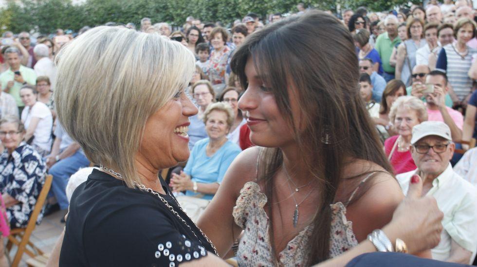 .Julia Otero se abraza a su hija, que siguió el pregón entre el público junto a la casa consistorial