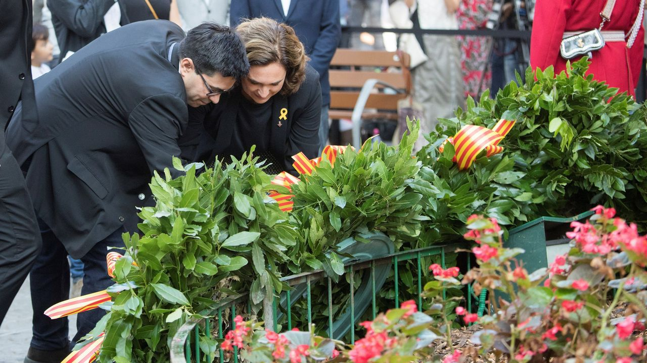 Ofrenda floral del Gobierno de Cataluña en el monumento de Rafael Casanova en Barcelona. En la imagen, Ada Colau.