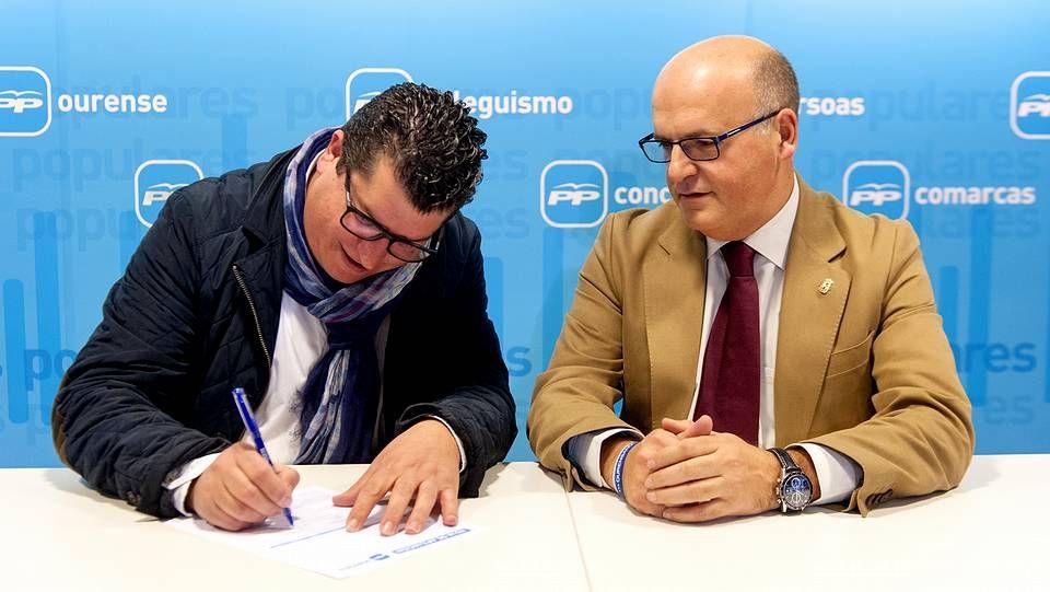 Francisco José Montesinos, firmando su reingreso en el PP ante José Manuel Baltar