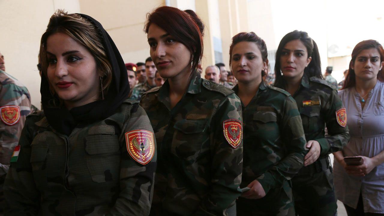 .Milicianas peshmergas hacen cola para votar en la jornada que fue asignada a los kurdos