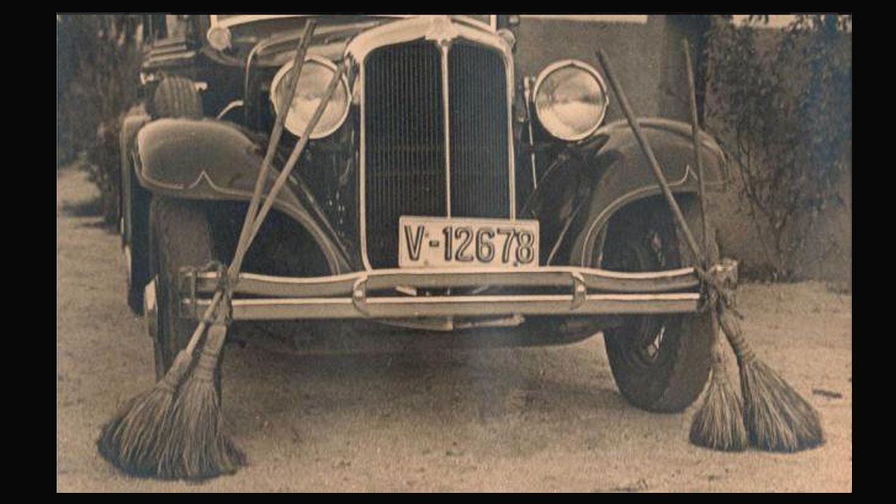 Atropello grave en Carral.Escobas en el coche de Gil Robles, líder de la CEDA, para evitar las tachuelas colocadas en la carretera en Asturias en septiembre de 1934