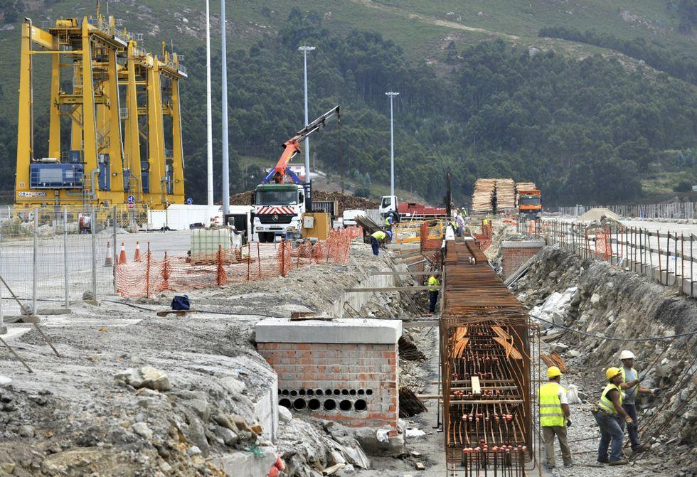 La gestión de los residuos de los buques durante su escala en el puerto de Ferrol.La obra de la terminal de contenedores -en la foto, la viga de rodadura- terminó en febrero.