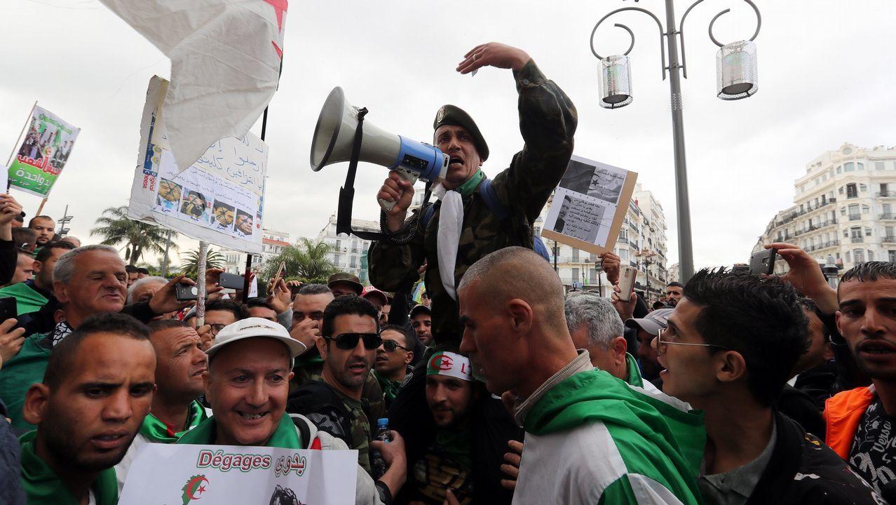 Por novena semana consecutiva, miles de argelinos salieron a la calle este viernes para hacer caer al antigui régimen. Las protestas para pedir la dimisión del jefe del Estado interino, Abdelkader Bensalah, quien sustituye al expresidente Abdelaziz Bouteflika tras su dimisión el pasado 2 de abril, prosiguen a pesar del aumento de la represión en las dos últimas semanas