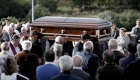 Complicaciones en la A-6.Entierro en Soutelo de Montes de Eduardo Cendón, empresario de Beariz asesinado en México.