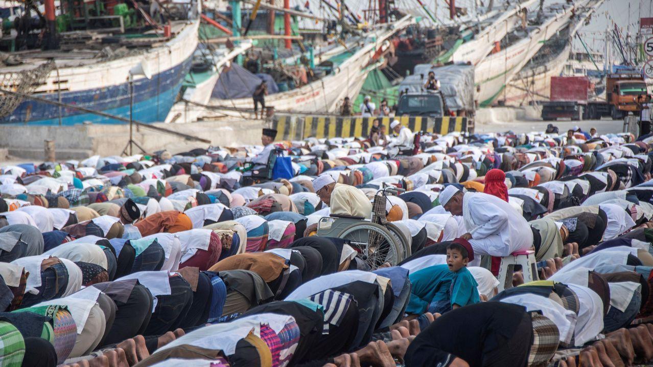 Decenas de musulmanes participan en un rezo en el puerto de Jakarta.