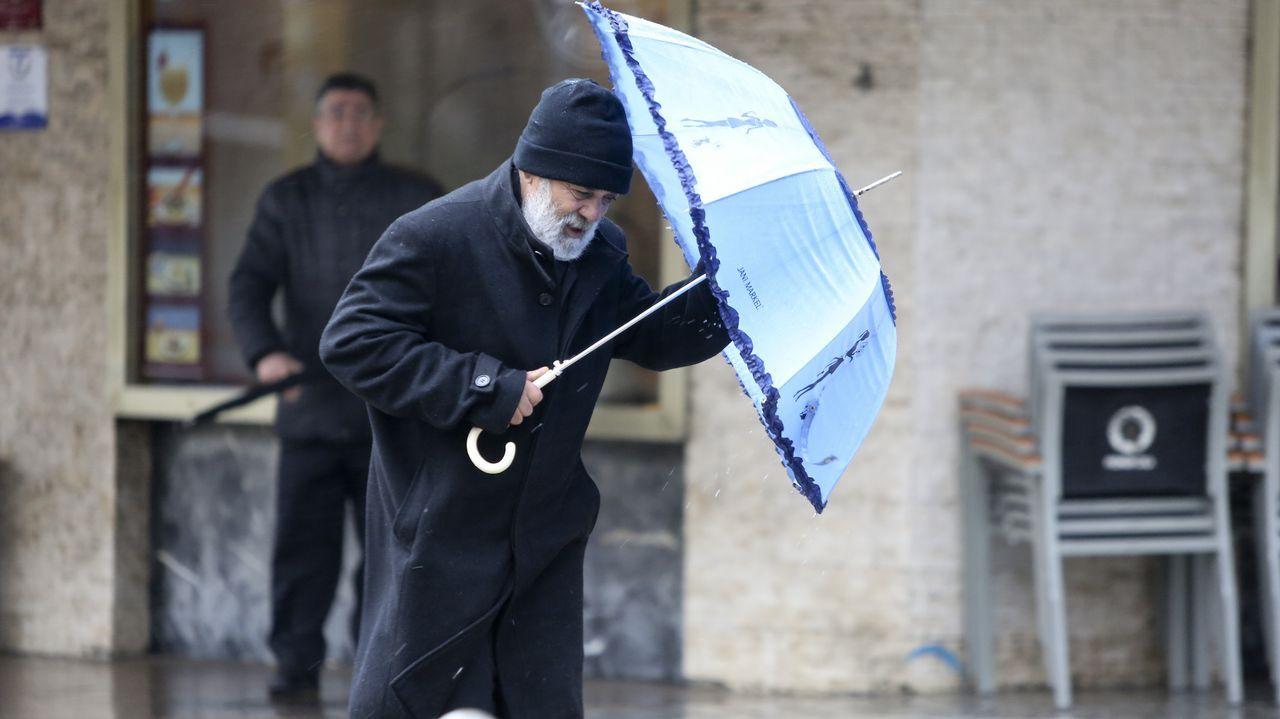 Galicia en alerta por la borrasca Helena.Vigilancia en los alrededores de las playas coruñesas por el temporal