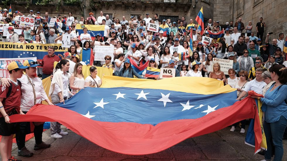 Alumnos, padres, docentes y la patronal de los colegios exigen a la Consejería de Educación el derecho a elegir centro y protestan contra el recorte de unidades en la concertada.Protesta en Santiago para que cese la violencia.