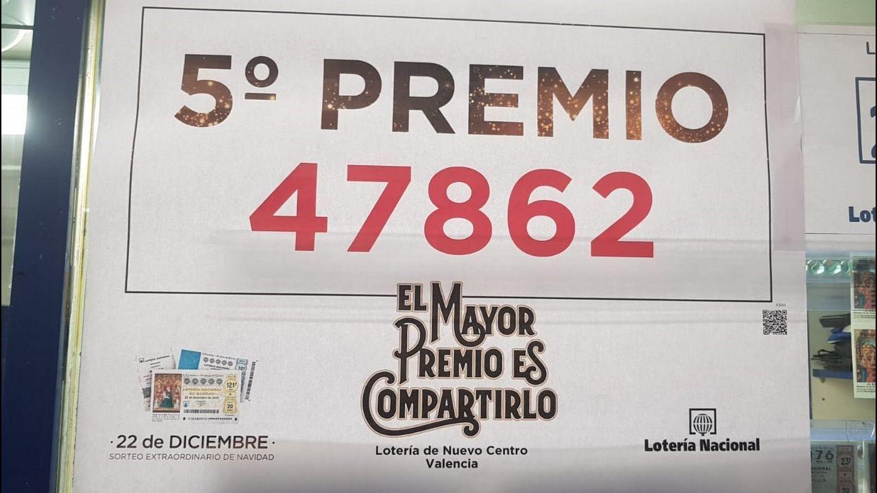 Una vendedora de la administración del centro comercial Nuevo Centro de Valencia ha celebrado haber repartido hasta 150 décimos de uno de los quintos premios