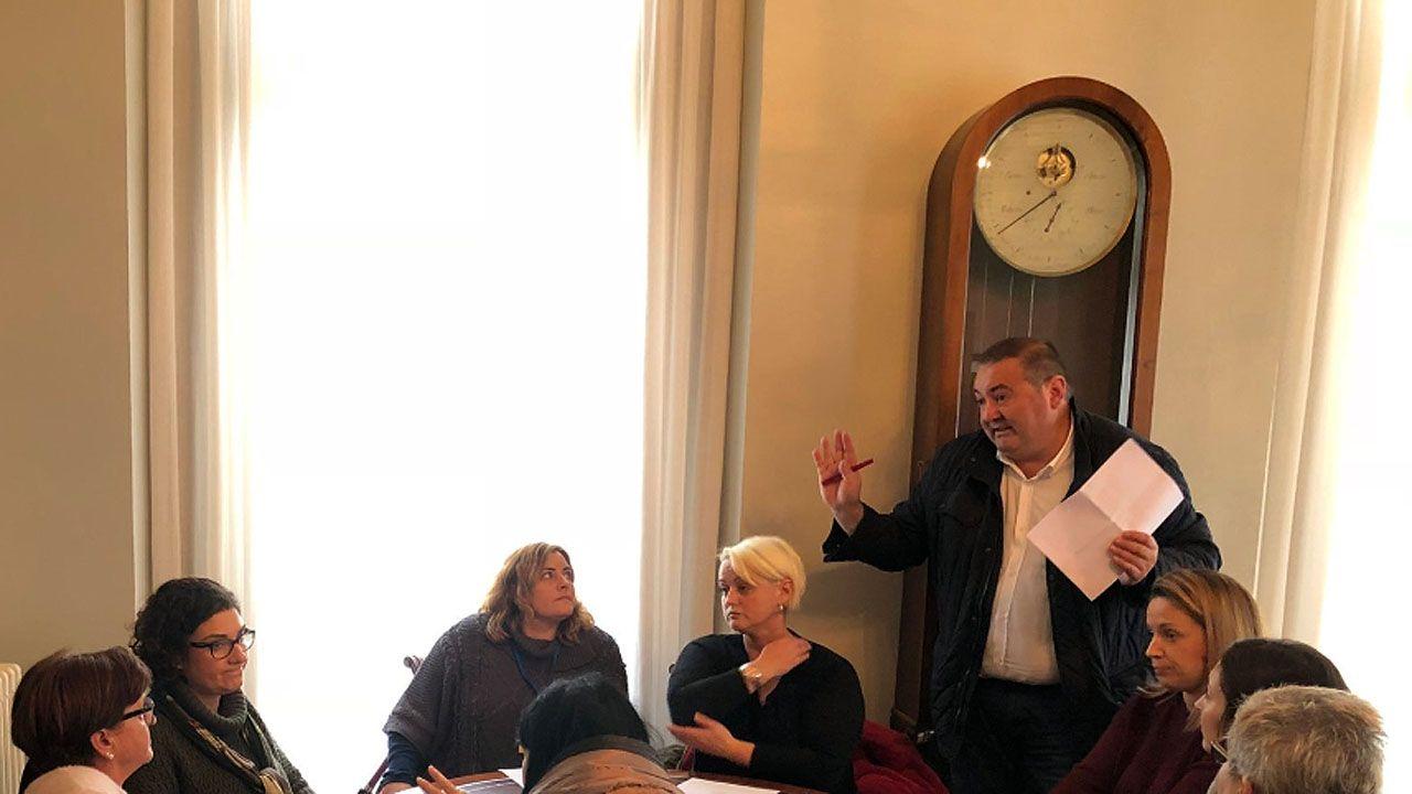 El coordinador de IU, Ramón Argüelles en un encuentro de la formación con trabajadores del HUCA