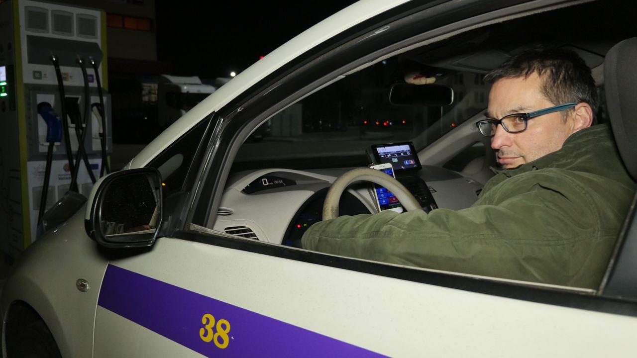 Roberto San José a bordo de su taxi, un Nissan Leaf que va camino de los 400.000 kilómetros