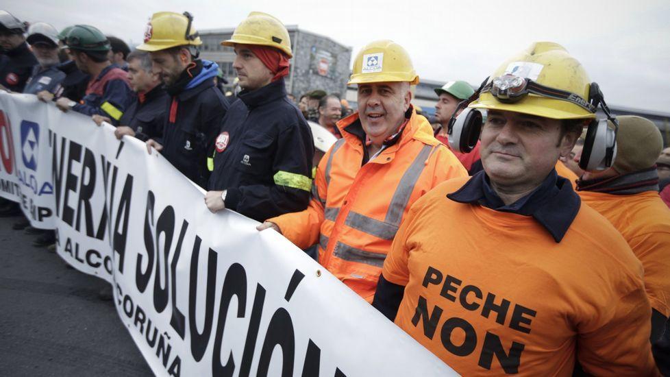 Trabajdores de la planta de A Coruña ante la factoría durante una protesta reciente.