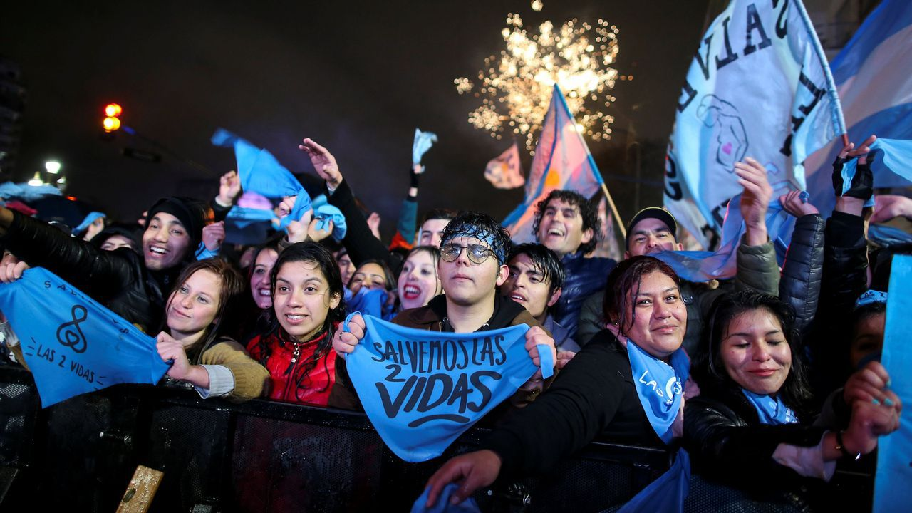 .Los manifestantes en contra de la legalización del aborto frente al Congreso Nacional en Buenos Aires