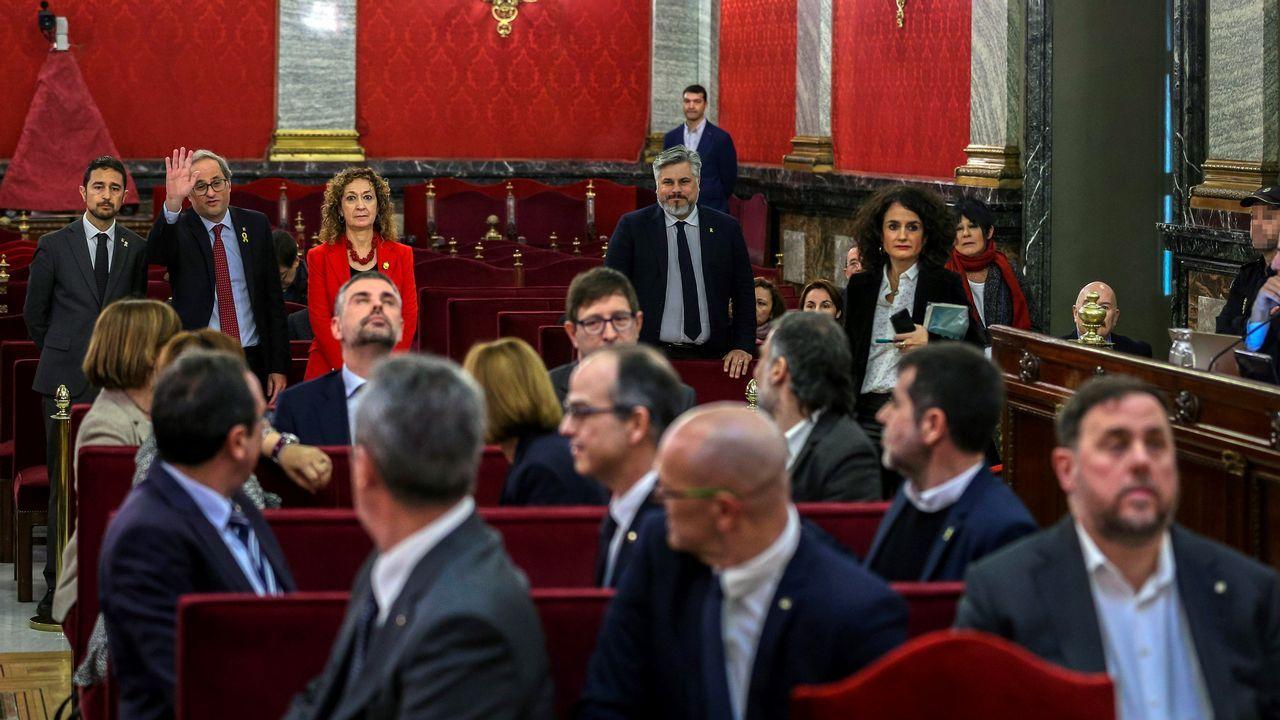Los líderes independentistas, excepto Oriol Junqueras y Santi Vila, saludan a Torra antes del inicio del juicio