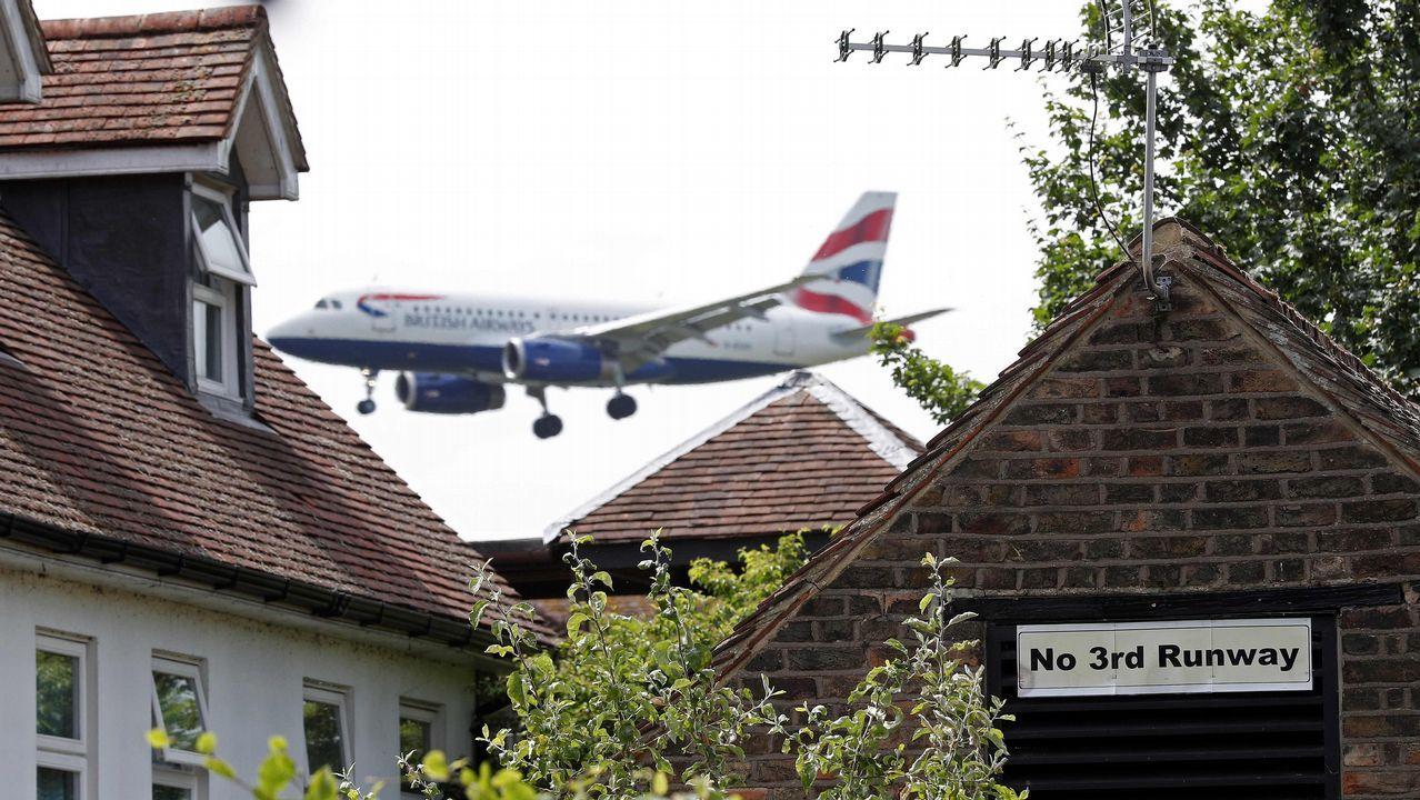 Un cartel contra la tercera pista del aeropuerto de Heathrow en una vivienda de Longford