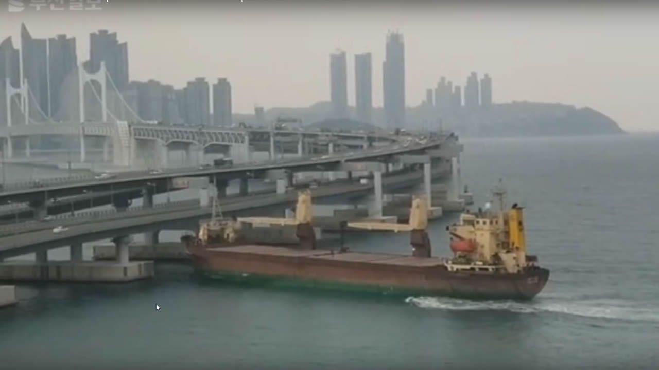Un capitán ebrio estrella un buque contra un puente en Corea del Sur.Máquinas expendedoras de comida japonesa en Oviedo