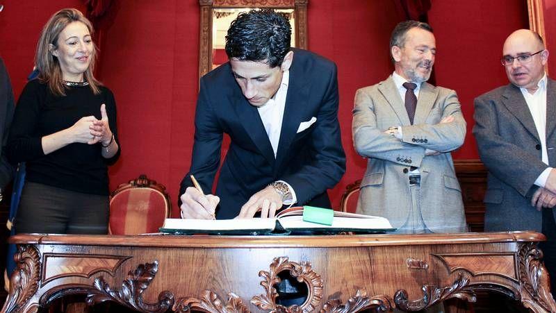 El campeón de España de maratón firma en el libro de honor de Raxoi.Oubiña, en la Clínica Arthos del doctor Otero Vich, adonde acude para rodar en la Alter-G.