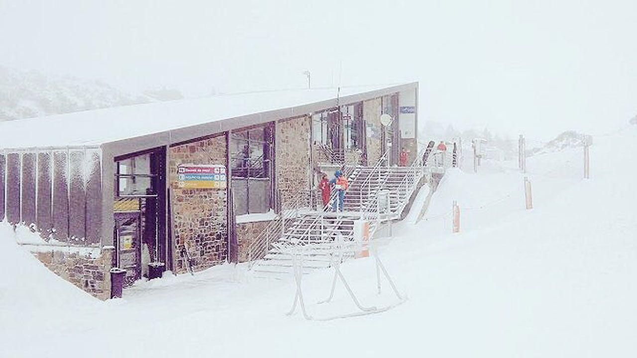 La nieve dificulta el tráfico en la autopista del Huerna.La estación Fuentes de Invierno permanecerá cerrada durante el día de hoy