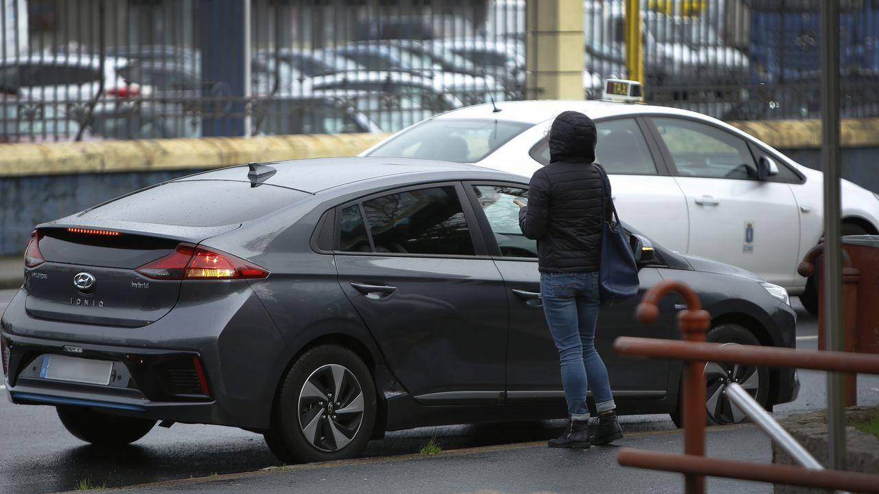 Incidencias en A Coruña por el temporal.Un coche de Cabify recoge a una usuaria frente al puerto de A Coruña