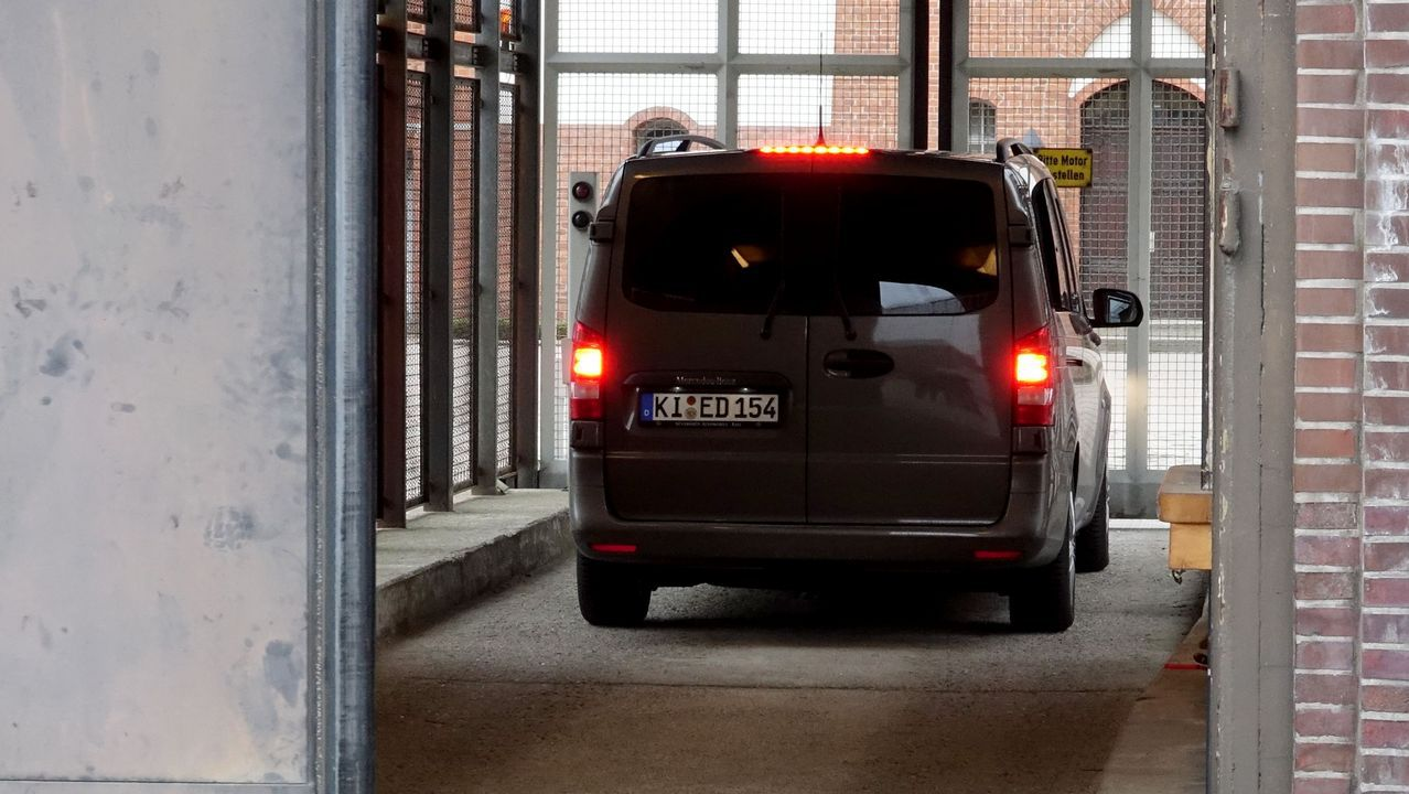 La furgoneta en la que Puigdemont fue trasladado al centro penitenciario
