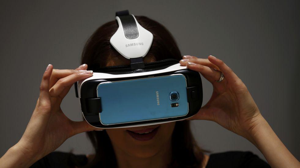 .Una mujer probando un dispositivo de Samsung.