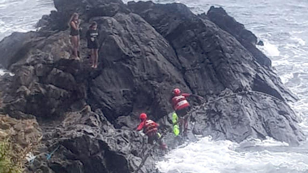 Así fue el rescate de las dos niñas atrapadas en unas rocas en Sanxenxo