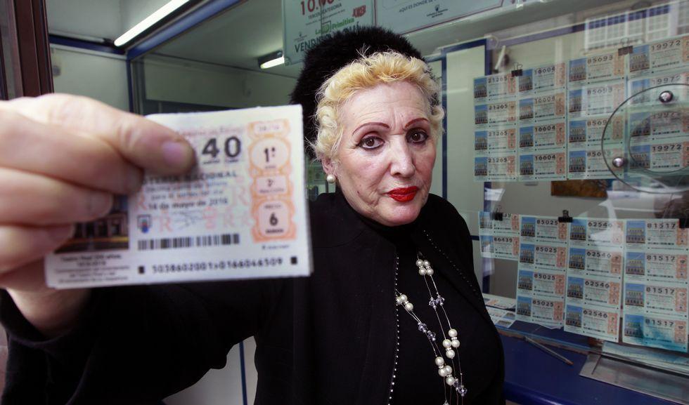 Marina Rial empezó comprobando los premios de la lotería en un cartón, hoy, afortunadamente dice, lo hacen las máquinas.
