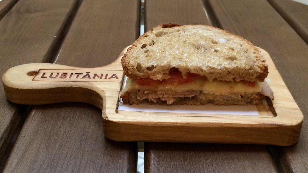 Lusitania: Café Meia tosta de agulha assada de porco preto