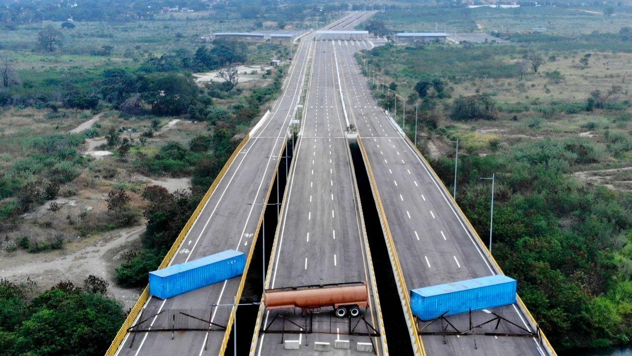 Los venezolanos no detienen su caminar hacia el exilio.El puente en la frontera entre Venezuela y Colombia permanece cortado
